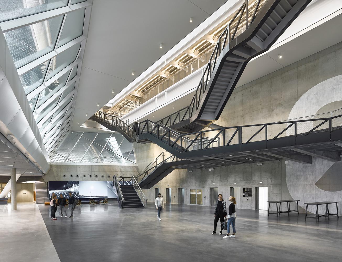 نمای داخلی ساختمان آدیداس